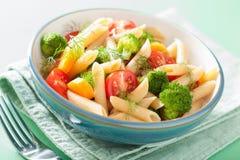 Massa do penne do vegetariano com a cenoura do tomate dos brócolis Imagens de Stock Royalty Free