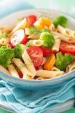 Massa do penne do vegetariano com a cenoura do tomate dos brócolis Fotos de Stock Royalty Free