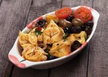 Massa do Tortellini no molho da azeitona e de tomate Fotografia de Stock