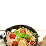 Massa dos espaguetes com os tomates e manjericão cozidos de cereja Imagens de Stock