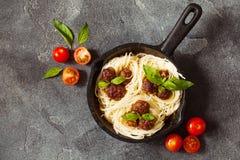 A massa e as almôndegas dos espaguetes com molho e manjericão de tomate folheiam i Foto de Stock