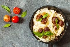 A massa e as almôndegas dos espaguetes com molho e manjericão de tomate folheiam i Imagem de Stock
