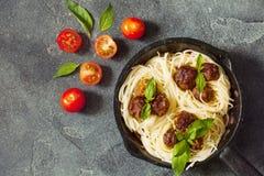 A massa e as almôndegas dos espaguetes com molho e manjericão de tomate folheiam i Imagens de Stock Royalty Free