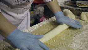 Massa e corte do rolamento ele em partes Preparando a massa de pão para o cozimento Fazendo a massa filme