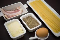 massa e ingredientes típicos da culinária italiana Imagens de Stock Royalty Free