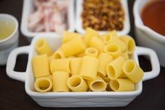 massa e ingredientes típicos da culinária italiana Foto de Stock