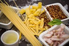 massa e ingredientes típicos da culinária italiana Imagem de Stock Royalty Free