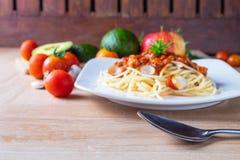 A massa e o tomate dos espaguetes, os espaguetes do foco seletivo borram vagabundos imagens de stock