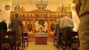 Massa in een Griekse Orthodoxe Kerk stock footage
