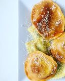 A massa enchida do ravioli de Tortelli espanou com queijo raspado e azeite Fotografia de Stock Royalty Free