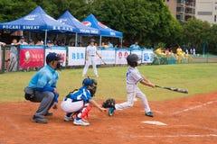 A massa faltou a bola em um jogo de basebol Imagem de Stock Royalty Free