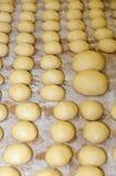 Massa fresca do bolo frito em uma padaria Imagens de Stock Royalty Free