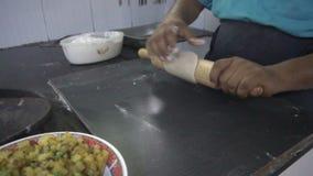 Massa indiana do rolamento do cozinheiro chefe vídeos de arquivo