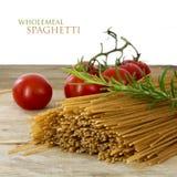 Massa inteira orgânica do trigo, espaguetes secados, tomate e alecrins Imagem de Stock Royalty Free