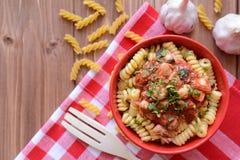Massa italiana com carne da galinha e molho de tomate Fotos de Stock Royalty Free