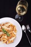Massa italiana com molho e queijo parmesão Fotografia de Stock