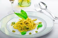 Massa italiana com pesto da manjericão, vinho atrasado da colheita Fotos de Stock Royalty Free