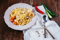 Massa italiana cremosa com cogumelos, tomates foto de stock