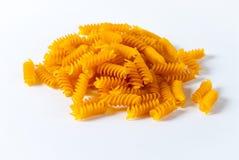 Massa italiana crua que encontra-se em um fundo branco no close-up Imagem de Stock