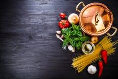 Massa italiana da preparação dos alimentos na placa de madeira fotografia de stock royalty free