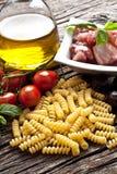 Massa italiana de Fusilli com ingredientes dos swordfish Fotos de Stock Royalty Free