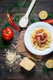 Massa italiana do molho da carne e ingredientes deliciosos frescos para cozinhar no fundo rústico Fotos de Stock Royalty Free