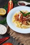 Massa italiana do molho da carne e ingredientes deliciosos frescos para cozinhar no fundo rústico Imagem de Stock