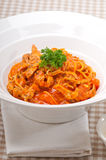 Massa italiana dos espaguetes com tomate e galinha Fotografia de Stock Royalty Free