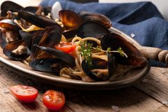 Massa italiana tradicional saboroso e mexilhões cozinhados no molho com tomates, alecrins fotos de stock royalty free