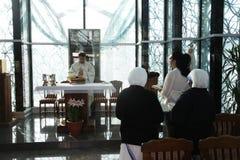 Massa in Kapel in Moeder Teresa Memorial House in Skopje stock afbeeldingen