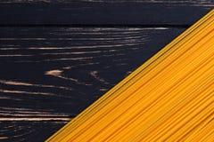 Massa longa em um fundo de madeira escuro agrad?vel fotografia de stock royalty free