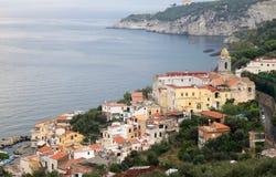 Massa Lubrense a lo largo de la costa de Amalfi, Italia Imagen de archivo libre de regalías