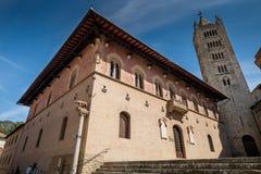 MASSA MARITTIMA, ITALIEN - Maj 14, 2017: medeltida stad i Italien, t Arkivbilder