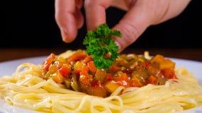 Massa na placa com molho e salsa vegetais video estoque