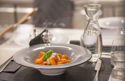 Massa no molho de tomate com manjericão Alimento italiano popular da tabela na cozinha aberta próximo do restaurante moderno Foto de Stock Royalty Free