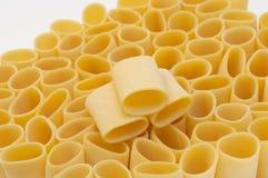 Massa Paccheri em um fundo branco Foco seletivo Imagem de Stock Royalty Free