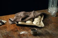 Massa para fazer de bolos transversais da Páscoa na bandeja Fotos de Stock Royalty Free