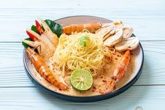 massa picante dos espaguetes dos camarões (Tom Yum Goong) imagem de stock