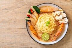 massa picante dos espaguetes dos camarões (Tom Yum Goong) imagens de stock