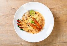 massa picante dos espaguetes dos camarões (Tom Yum Goong) foto de stock