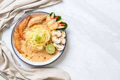 massa picante dos espaguetes dos camarões (Tom Yum Goong) imagem de stock royalty free