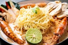massa picante dos espaguetes dos camarões (Tom Yum Goong fotografia de stock royalty free