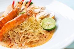 massa picante dos espaguetes dos camarões (Tom Yum Goong fotografia de stock