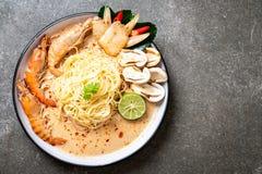 massa picante dos espaguetes dos camarões (Tom Yum Goong imagens de stock royalty free