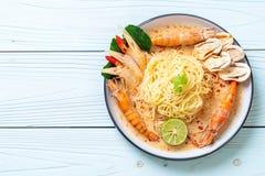 massa picante dos espaguetes dos camarões (Tom Yum Goong imagens de stock