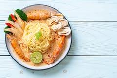 massa picante dos espaguetes dos camarões (Tom Yum Goong imagem de stock