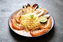 massa picante dos espaguetes dos camarões (Tom Yum Goong imagem de stock royalty free