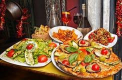Massa, pizza e arranjo caseiro do alimento em um restaurante Roma imagem de stock