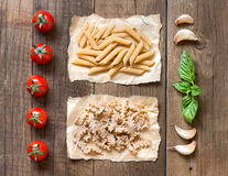 Massa, pomodori, sopra IL tavolo di legno do basilico do aglio e Fotos de Stock