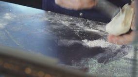 Massa profissional do corte do padeiro na cozinha video estoque